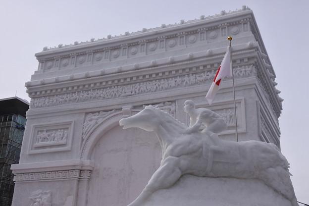 凱旋門の雪像の昼の様子
