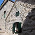 白い壁に緑の窓枠