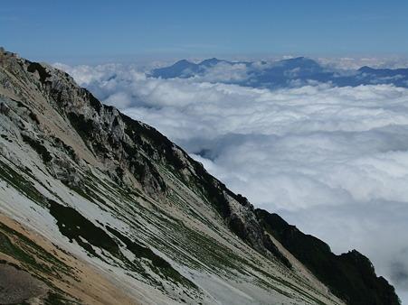鑓ヶ岳の斜面と雲海