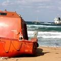 Photos: 座礁船