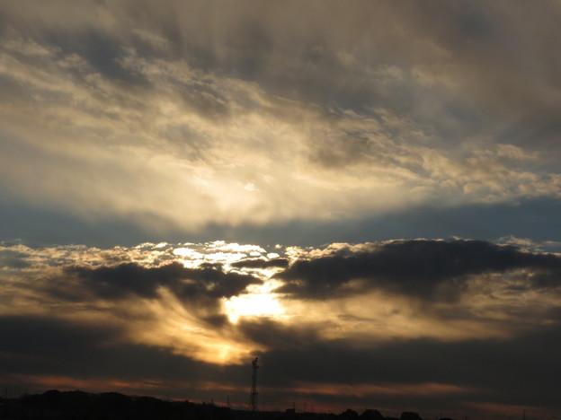 厚い雲に阻められて輝く朝陽!