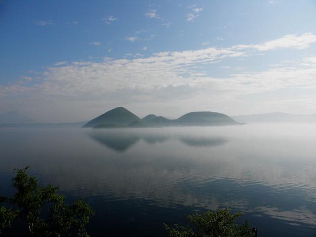 朝もやの洞爺湖