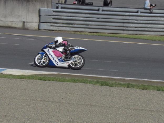 写真: 2014 #43 足立眞衣 NSF250R Hondaブルーヘルメット 全日本ロードレース J-GP3 jrr 69