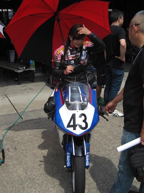 写真: 2014 #43 足立眞衣 NSF250R Hondaブルーヘルメット 全日本ロードレース J-GP3 jrr 83